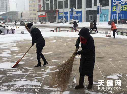 居民自发扫雪-下雪就是命令 市民扫雪进行中图片