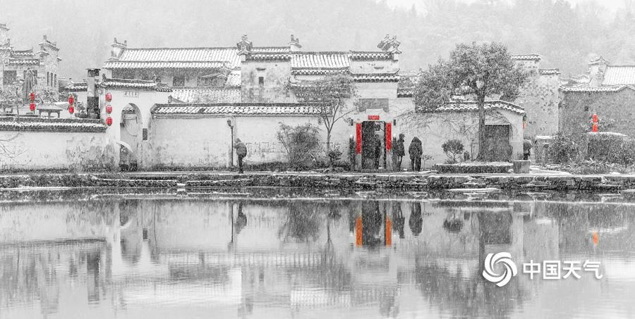 """2018年12月30日,安徽歙县地区迎来年前末了一场降雪,宏村位于安徽歙县东北部,有""""画里乡下""""之称。雪景拍摄于降雪当天。(拍摄/程大亮)"""
