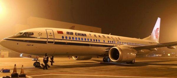 图:飞机停泊在预定机位,标志着2018年航空坦然年的顺当实现 摄影:毛竹