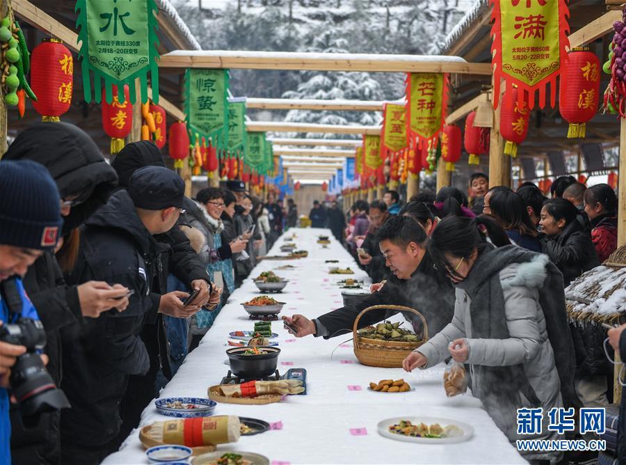 12月31日,游客用手机拍摄刚刚烹饪完善的美食。