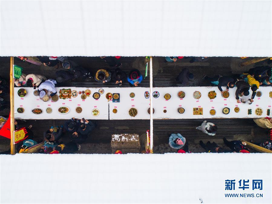 这是12月31日拍摄的乡下美食大赛现场(无人机拍摄)。 新华社记者徐昱摄