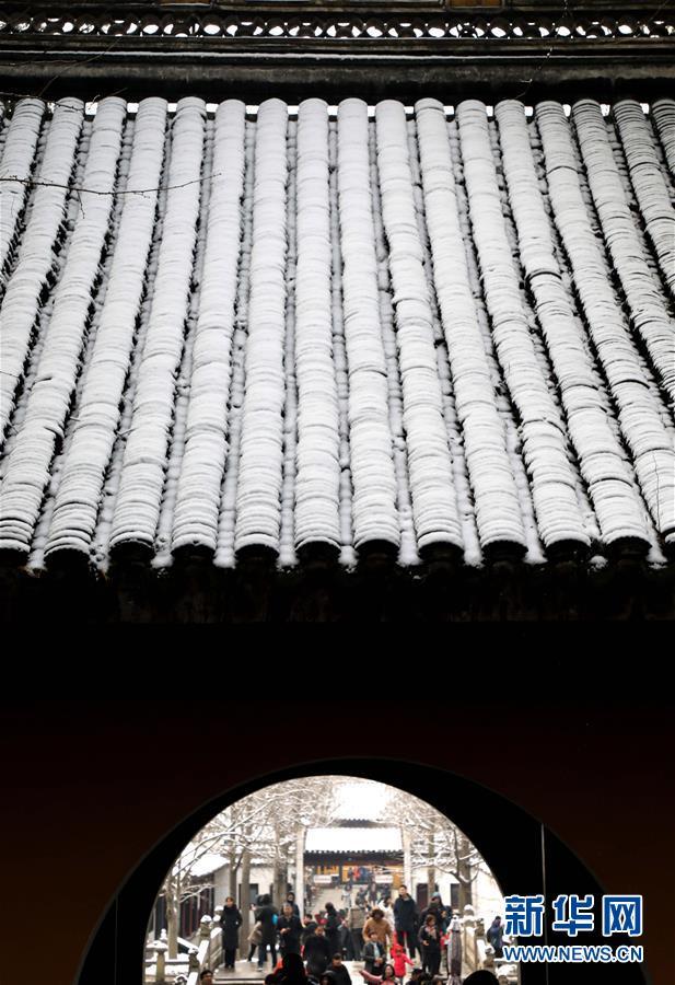 12月31日,游人在江苏苏州虎丘山景区不悦目赏雪景。近日,吾国众地迎来降雪,雪后的中国古典修建别有韵味。新华社发(杭兴微)