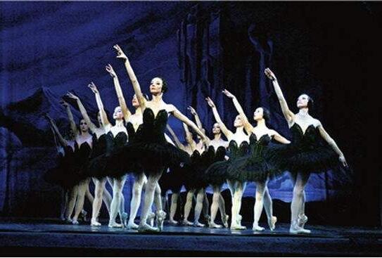 接下来的一个月内,20多场芭蕾《天鹅湖》将扎堆申城舞台,算上其他精彩纷呈、雄厚多采的舞蹈节现在,舞蹈在上海的演出总数将超过30场,平均镇日一场。(文汇报2018年12月31日)