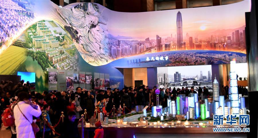 """12月31日,不都雅多参不都雅""""远大的变革——祝贺改革盛开40周年大型展览""""。"""