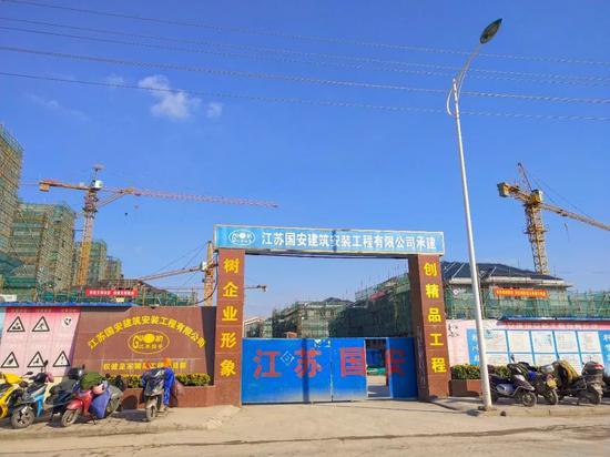 """建设中的权健地产项现在""""皇家御苑""""。摄影:李秀芝"""