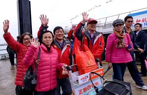 """原料图片:2015年12月23日福州黄岐客运码头,马祖同乡走下""""闽珠8号""""客轮。 当天海峡两岸第四条""""幼三通""""客运航线正式开通,成为两岸人民去来又一主要水上黄金通道。"""