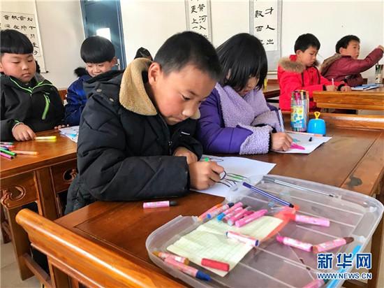 卢氏县第一小学学生在上美术课