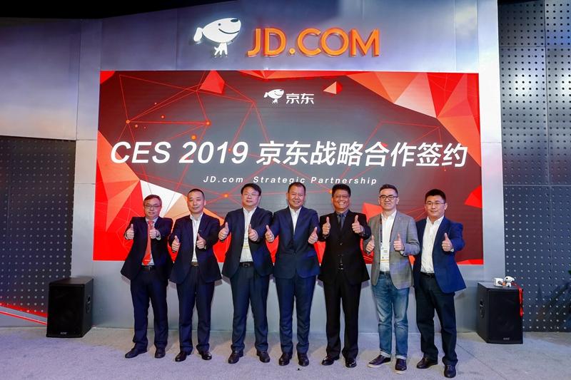 闫小兵(中)与干流家电品牌在CES现场签署总金额上千亿元的2019年战略协作方针