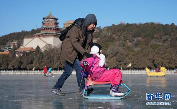 2018年12月30日,北京市区最大天然冰场颐和园冰场开放迎客.