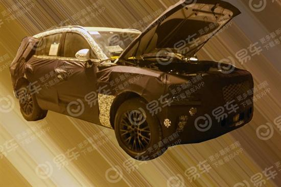 外观方面,路试车辆采用浓厚伪装,整体尺寸非常庞大。由于该车是以轿跑风格为主,所以预计新车会在D柱有所设计。此外,前脸采用了分体式前大灯,并搭配网状前格栅。