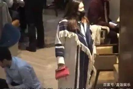 之前有港媒在香港偶遇何超盈,拍到她挺着圆鼓鼓的肚子,在街上逛街。