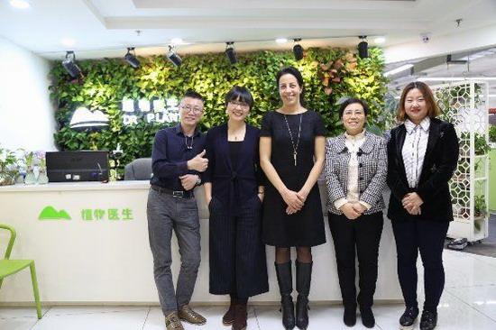 (Maria Julia Oliva(左三)及郑晓欧(左二)代表UEBT来到DR PLANT植物医生进行调研考察)