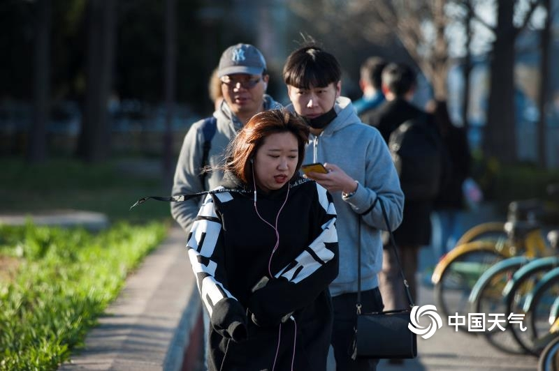 春分节气寒潮袭北京 街头行人开启乱穿衣模式
