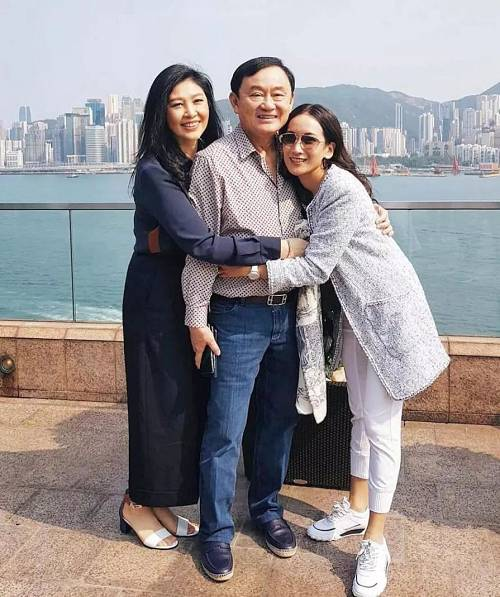 (英拉近期发布的社交状态;左-英拉,中-他信,右-他信长女;摄于香港,来自英拉的社交媒体)