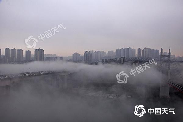重庆今晨18区县遭遇大雾 多个高速入口一度关闭