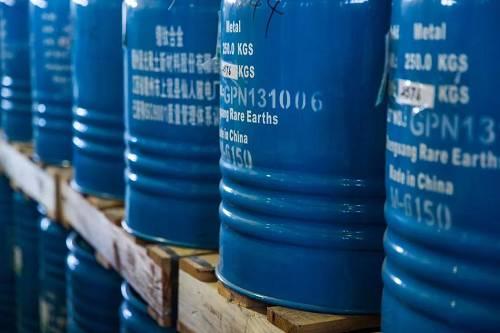 资料图片:中国一个仓库里的罐装稀土(美国《纽约时报》)