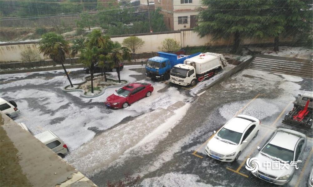 云南永丰镇遭遇冰雹袭击 覆盖地面一片雪白