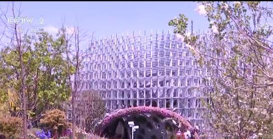 """岩生花园是北京世园会里上海园用科技展现生态的一部分。上海园中的另一处视觉焦点是""""云巢"""",""""云巢""""的构件设计和搭接方式都是利用参数化算法,由计算机生成的。在""""云巢""""内部,运用滴管栽培的生物技术方式,凸显了植物风貌与科技融合的空间感。除了静态的园区和建筑,在北京世园会内,一台台巡游的花车也是格外引人注目。"""