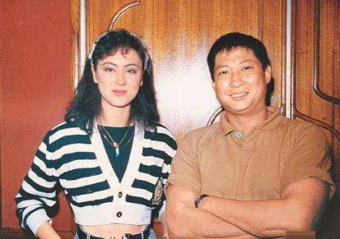 高丽虹1984年斩获港姐冠军,踏入影坛后凭借《东方秃鹰》《皇家女将》等电影成为一代打女,同时在拍戏期间跟功夫巨星兼隐形富豪洪金宝从师徒变成夫妻。