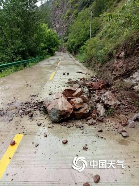 甘肃成县遭遇强降水 河水暴涨山体落石塌方