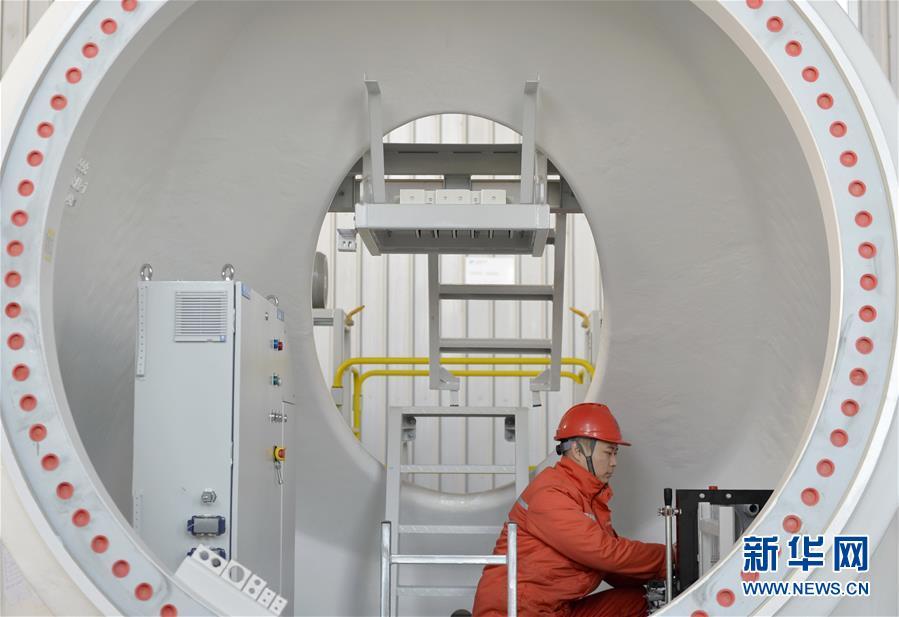 工人在河北邢台经济开发区一家装备制造企业车间内工作(2018年12月20日摄)。 新华社记者 朱旭东
