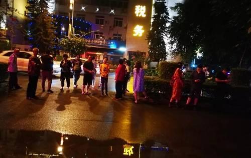 6月17日,在长宁县城,震后人们来到安全地带。新华社发