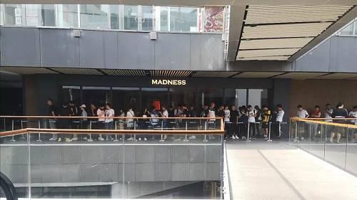 6月15日早上8点半,北京三里屯Madness门店外已经排起了长队。摄影/熊大志
