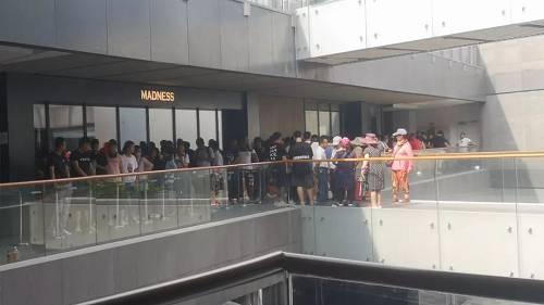 6月15日上午,北京三里屯Madness门店外,中年女性加入排队的队伍。摄影/熊大志