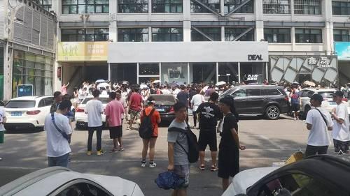 6月15日中午,北京工人体育场内,等待参与球鞋抽签的人群。摄影/熊大志
