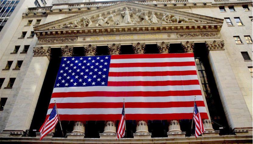 """亚洲国家正越来越多地购买欧元资产,这也向美国经济传递出一个危险讯号。要知道,美国经济主要是靠债务增长来驱动的,目前美国国债总额已快速增长至22万亿美元,几乎是法、德、英总和的10倍。一方面是美国债务危机已经火烧眉毛,另一方面美国却在全球抛售美债的背景下面临""""借不到钱""""的窘境,美国经济显然已经处于一个十分尴尬的状态。"""