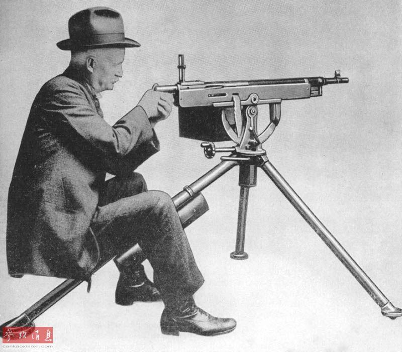 """图为""""M2重机枪之父"""",美国着名枪械设计师约翰·勃朗宁,他于1895年设计完成,并由柯尔特公司生产的M1895轻机枪是历史上美军使用的第一种自动机枪。图为勃朗宁与他的M1985气冷机枪。"""
