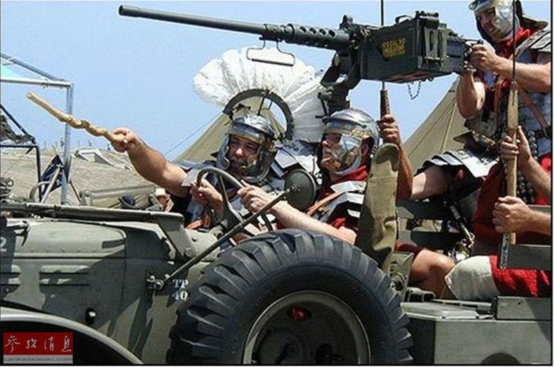 """图为外国军迷恶搞的""""罗马军团""""与M2重机枪合影图。"""