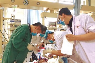 沈阳9名医疗专家星夜驰援开原龙卷风灾害救助工作    第一场抢救手术在昨天凌晨四时开始