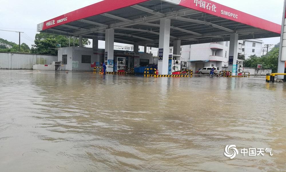 广西忻城部分乡镇突降大暴雨 积水浸泡农田加油站