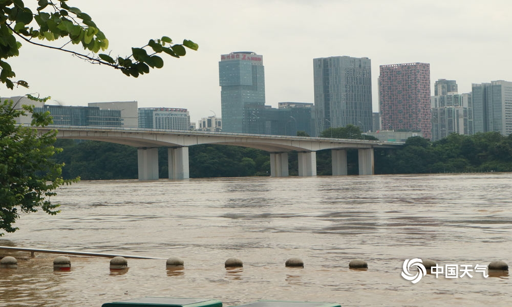 暴雨侵袭广西柳州 河水上涨淹没道路