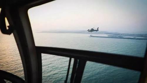 资料图片:2018年4月18日,根据年度例行性计划安排,我陆军航空兵部队在东南沿海举行跨昼夜海上实弹射击演练,这是新型武装直升机飞赴指定海域。(新华社)