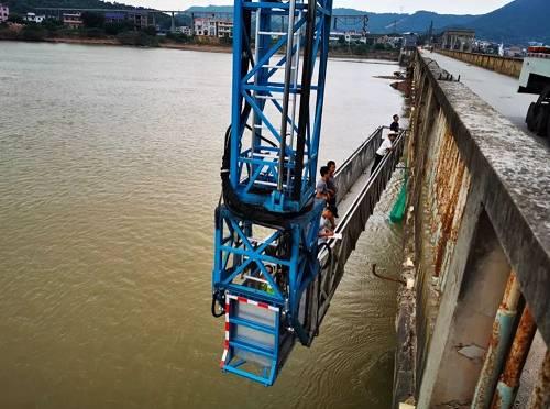 7月18日下午,有关部门在勘测洋塘河坝桥的安全性。本报记者 郝成 摄影