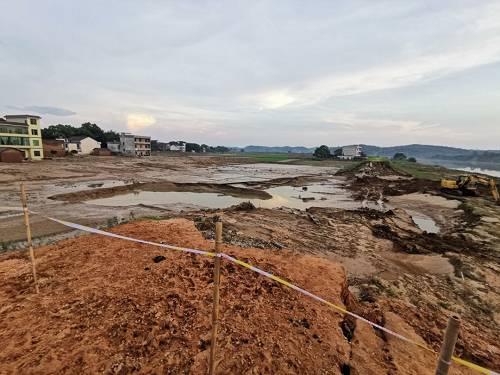 从河堤的断裂口,可以看出里面的建设成色。本报记者 郝成 摄影
