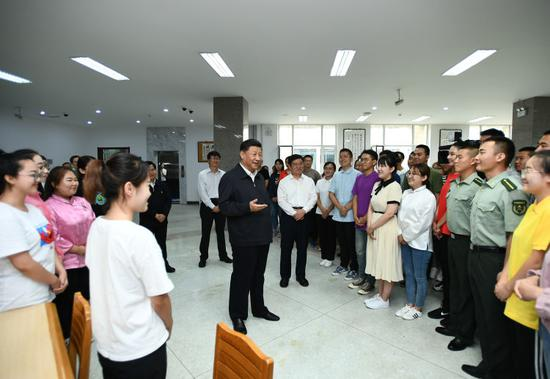 16日,习近平在内蒙古大学图书馆同学生们亲切交谈,勉励他们志存高远、脚踏实地、发奋图强。