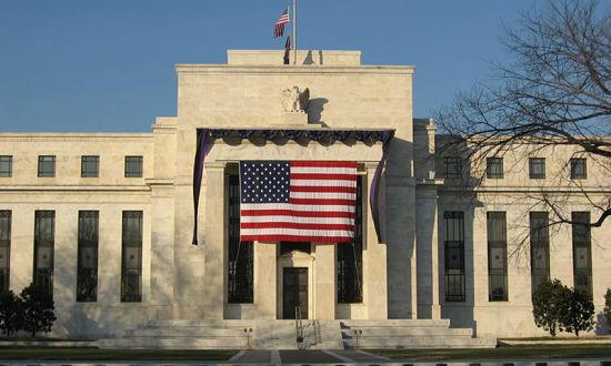 新浪美股 北京时间8月1日讯,今日凌晨2点,美联储联邦公开市场委员会(FOMC)会议决策降息25个基点,联邦基金利率目标区间下调至2%至2.25%,符合市场预期。