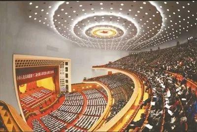 """人民大会堂内部设计吸收了""""水天一色""""的文化元素,顶棚为大穹隆形,与墙身交界处成大圆角形,天顶与四壁上下浑然一体。(资料图片)"""