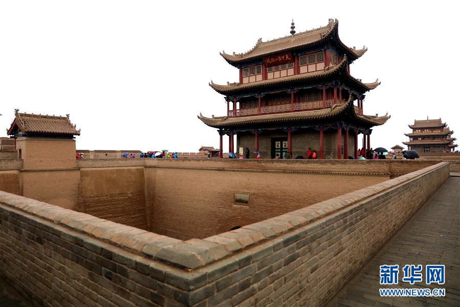 游客游览嘉峪关(8月21日摄)。新华社记者 郭刚