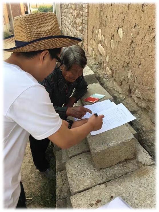 图为扶贫工作队入户视察和确认信息