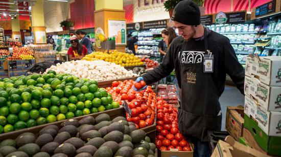 新浪美股讯 北京时间13日新闻,亚马逊旗下全食超市(Whole Foods)周四宣布,将从明年1月1日开起作废近2000名兼职员工的医疗福利。