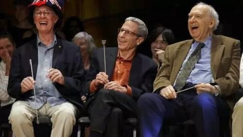 在哈佛大学举行的第29届搞笑诺贝尔奖颁奖典礼上,诺贝尔奖得主里奇罗伯茨、埃里克马斯金和杰罗姆弗里德曼正在大笑。(图片来源:美联社)