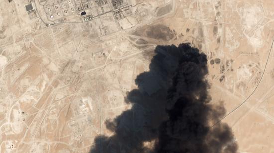 新浪美股9月15日讯 在银行家们正讨论沙特阿美(Saudi Aramco)的首次公开发行(IPO)之际,周末一队无人机袭击了该公司业务的核心。此举导致沙特阿拉伯的石油产量减半,并可能降低沙特阿美这笔具有里程碑意义的交易的估值。沙特主要股指周日开盘后不久下跌3.1%,领跌海湾地区。