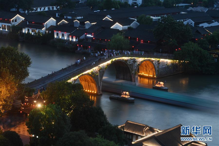 2017年7月20日,一艘货船经过京杭大运河拱宸桥。 新华社记者 黄宗治
