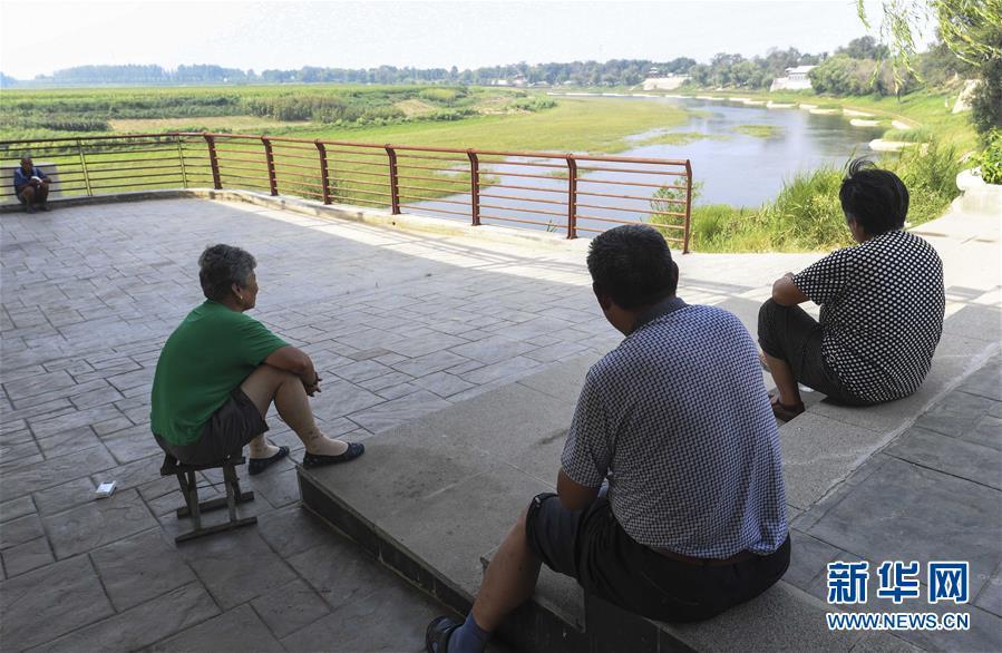 市民在河北故城县京杭大运河畔休闲纳凉(2017年8月11日摄)。 新华社记者 李晓果