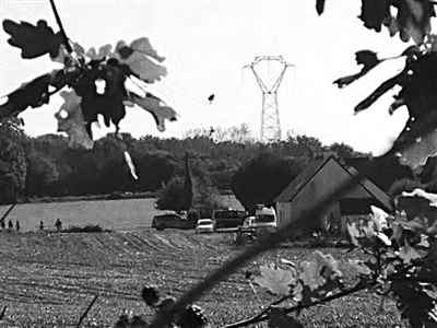 比利时战斗机坠机 跳伞飞行员挂在了高压电线上