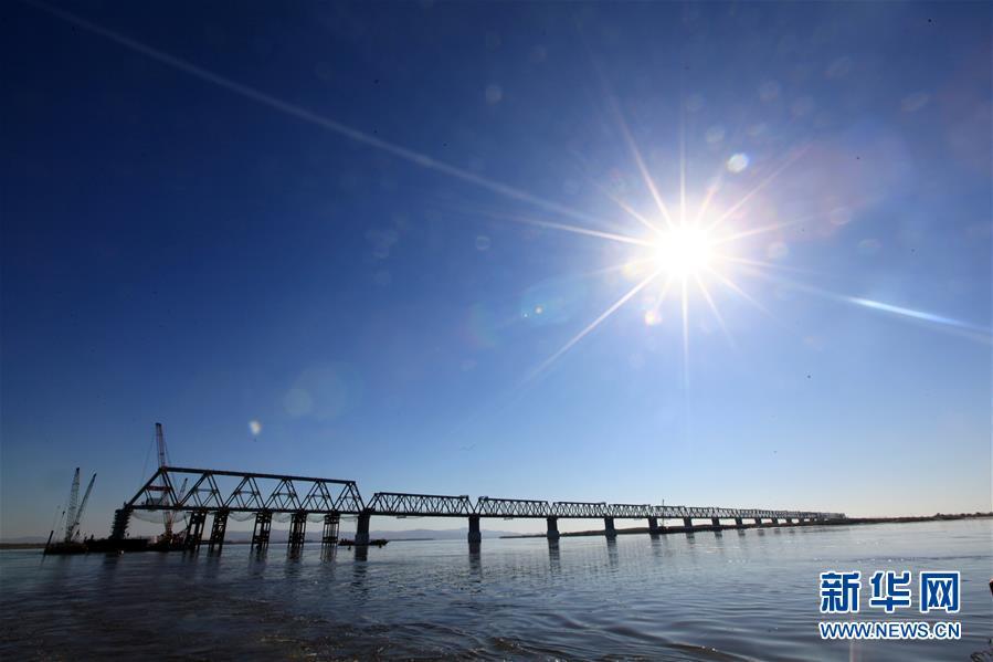 2018年10月13日,中国黑龙江省的同江中俄铁路大桥中方段主体工程全部完成。新华社记者 马知遥